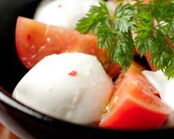 本日のおすすめメニュー「フレッシュモッツァレラと甘いトマトのカプレーゼ」@恵比寿の大人の隠れ家 鉄板焼き バンブーグラッシィ